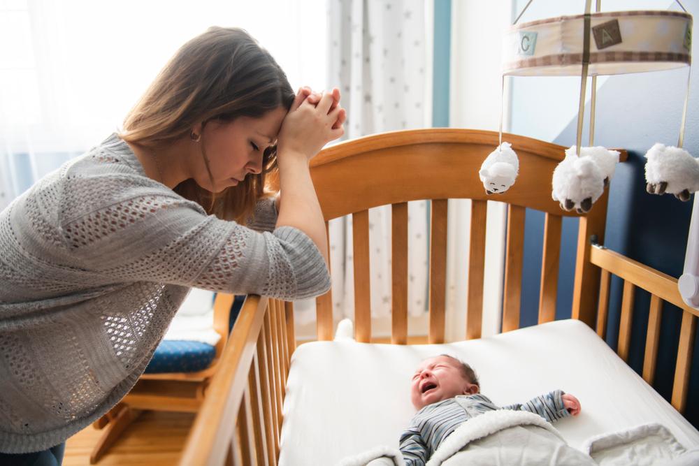 mama uspavljuje bebu
